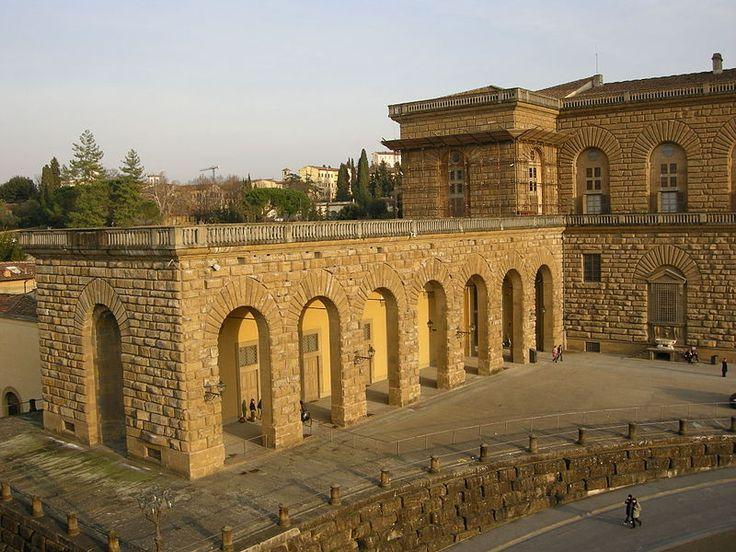 Fu per volontà del Granduca Pietro Leopoldo di Lorena che tra il 1765 e il 1820 vennero costruite le due grandi ali, dette 'Rondò', che abbracciano la piazza e la Palazzina della Meridiana a Palazzo Pitti.