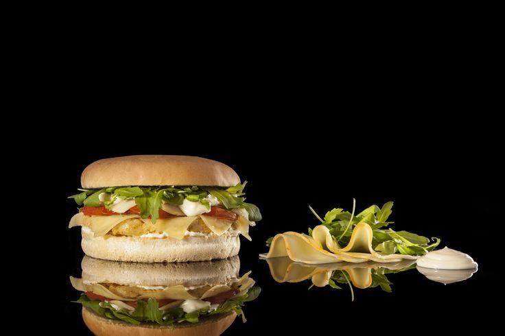 BURGER DE-LIGHT - Hamburger Gourmet 150 grammi di hamburger di ceci, pomodori infornati, rucola, provola affumicata e robiola fresca, mayonese di casa e Montasio a fette