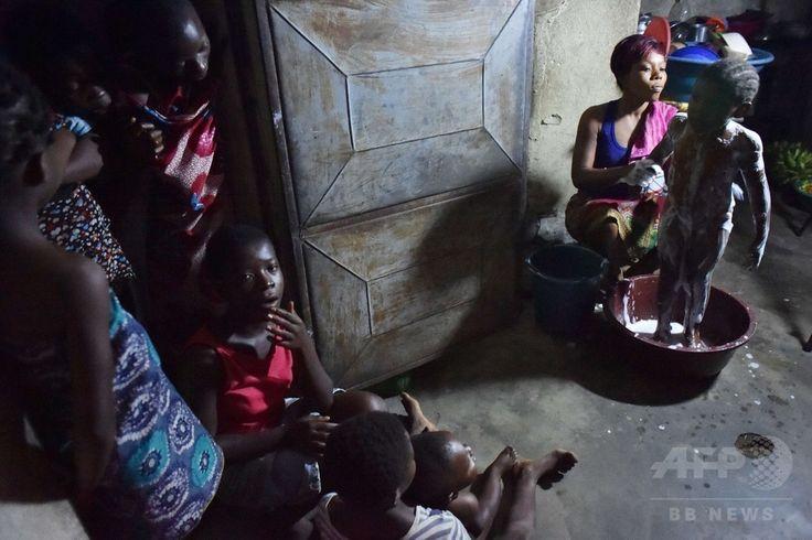 コートジボワールの中心的都市アビジャン(Abidjan)で、エボラ出血熱を予防するという噂に従い、子どもを塩水で洗う女性(2014年8月25日撮影)。(c)AFP/ISSOUF SANOGO ▼28Aug2014AFP|エボラ熱流行、隣国コートジボワールで奇想天外なデマ拡散 http://www.afpbb.com/articles/-/3024275 #Abidjan