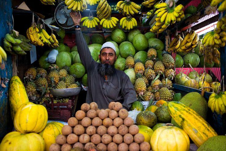 bangladesh_Dhaka_Gulshan_market_fruis_seller_portrait_city