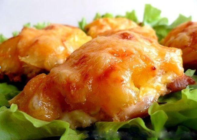 Курица, запеченная с ананасами и сыром. Вкусно, да еще и готовится быстро! http://bigl1fe.ru/2017/10/25/kuritsa-zapechennaya-s-ananasami-i-syrom-vkusno-da-eshhe-i-gotovitsya-bystro/