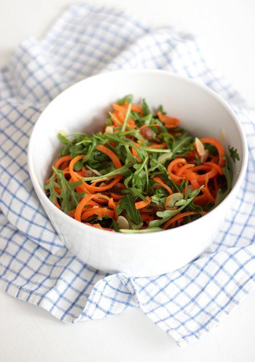 Karottensalat mit Ruccola, Rosinen, Mandeln, Kürbiskernen – superschnell gemacht & superlecker!
