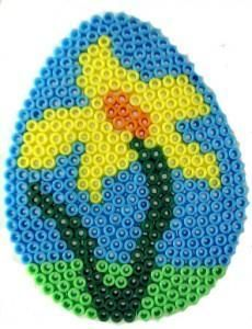 Spring flower hama beads (Egg pegboard) by Hamadaffodil http://www.creactivites.com/234-plaques-perles-a-repasser-midi-hama