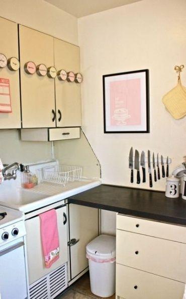 少し古めのキッチンもアイディアとセンス次第でとても可愛くなりますね。 壁角を利用してゴミ箱集のスペース、作業台を作ると快適にお料理できます。
