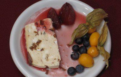 Lebkuchenparfait mit Puderzucker und Wasser - Rezept mit Bild