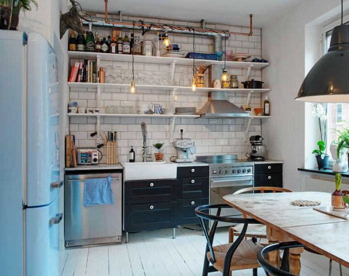 Kleine keuken met een simpele inrichting.