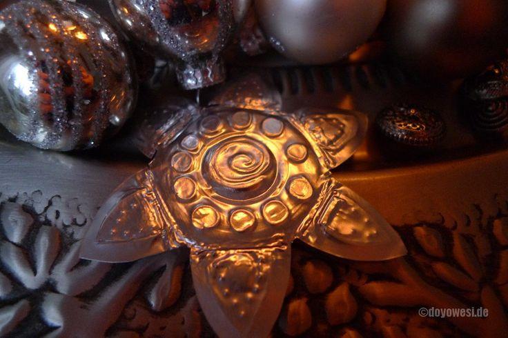 Die Aluhülsen der abgebrannten Teelichte verarbeite ich zu kleinen ornamentalen Sternen.Man kann sie vielfältig einsetzen. Z. B. als winterliche Tischdeko, Geschenkanhänger, Baumschmuck oder auf dem Kerzentablett wirken sie besonders hübsch. Die Herstellung ist kinderleicht. Zuerst wird die Teelicht-Hülle in gleichmäßigen Abständen mit der Schere seitlich eingeschnitten. Die Seitenteile drückt man …