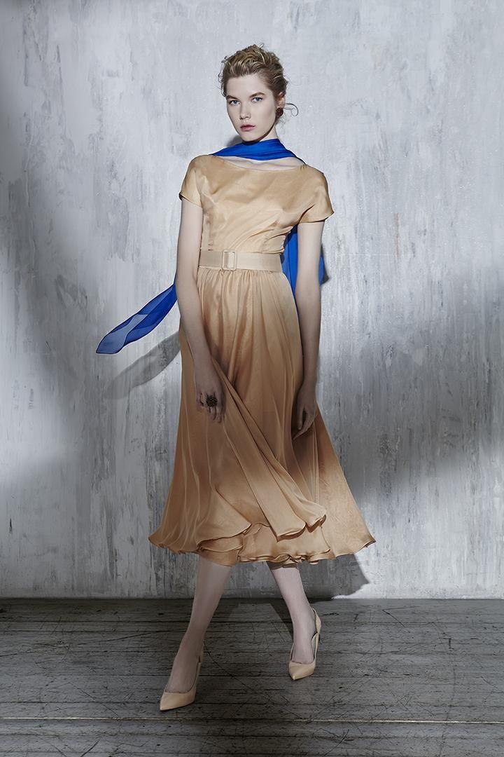 Если вы не знаете, как одеться на свидание и при этом создать свой идеальный образ, а очень хочется, чтобы одежда отражала настроение и выражала безмятежную радость. Так именно романтический стиль может передать все эти эмоции и чувства. Воздушное платье из легкой летящей ткани, дополненное изящными украшениями — это главный атрибут романтичного стиля. А синий контрастный шарф, станет цветовым акцентом притягивающим взгляд. Коллекция Весна/Лето 2016 «Нескучный сад» #showroom #платье…