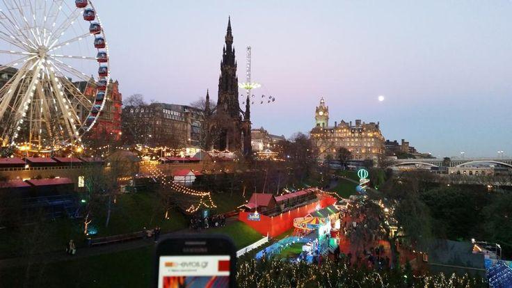 "O φίλος Κώστας είπε να μας τρελάνει από το ""Πάρκο των Χριστουγέννων"" στο Εδιμβούργο της Σκωτίας, όπου βρέθηκε πριν από μερικές μέρες.  Το Εδιμβούργο είναι η πρωτεύουσα της Σκωτίας από το 1437 και η δεύτερη μεγαλύτερη πόλη της. Η πόλη αποτέλεσε μεγάλο κέντρο την εποχή του Διαφωτισμού χάρη στο Πανεπιστήμιο του Εδιμβούργου. Στην απογραφή του2010, το Εδιμβούργο είχε συνολικό πληθυσμό 486.120 κατοίκων κι έτσι είναι η έβδομη μεγαλύτερη πόλη στο Ηνωμένο Βασίλειο."