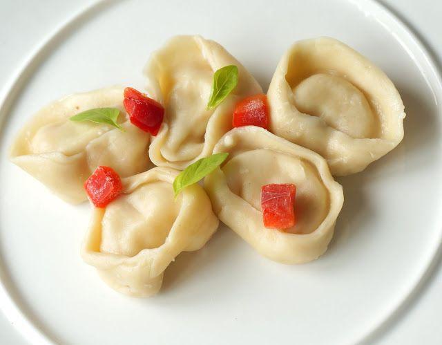 Pasta fresca rellena de cabra y bacon http://lacocinadeile-nuestrasrecetas.blogspot.com.es/2016/05/capelettis-caseros-de-cabra-y-bacon.html