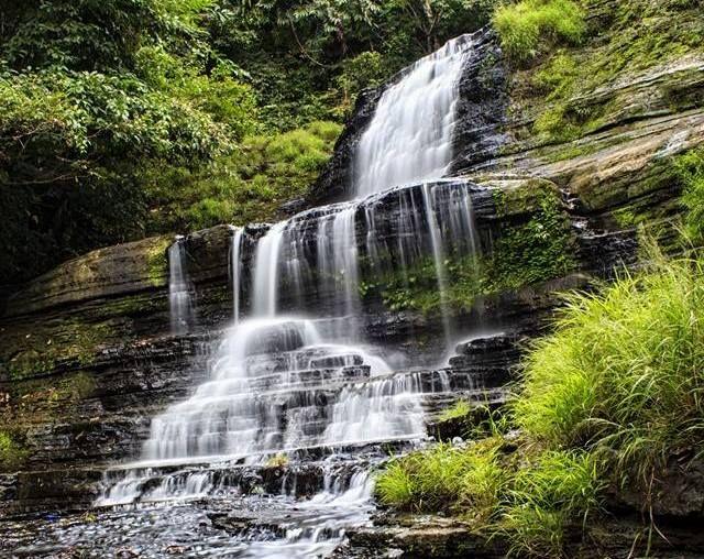 Air Terjun Batulappa merupakan salah satu lokasi wisata yang ada di Kabupaten Barru terletak di Dusun Batulappa, Desa Tompo Kecamatan Barru atau sekitar 12 km dari pusat kota. Air terjun ini merupakan air terjun bertingkat 7 yang memiliki ketinggian kurang lebih 25 meter yang menjadikan air terjun ini sebagai salah satu rekomendasi trip anda ke kota Barru.