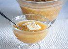 """""""Svinekamkake"""" er en festrullekake som veldig mange elsker! Hovedkjennetegnet er den tykke karamellen som dekker kaken. Fyllet er pisket krem som enten kan smaksettes med litt av karamellsausen eller blandes med friske jordbær (det har jeg gjort i kaken på bildet). Andre foretrekker biter av hermetiske pærer eller bananskiver i fyllet. """"Svinekamkake"""" kan eventuelt pyntes med mandelflarn, eller ved å sprøyte krem oppå kaken i diagonalt rutemønster (derav navnet """"svinek..."""