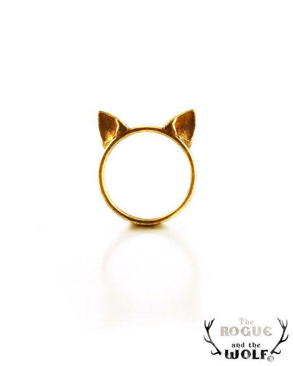 Gold Cat Ears Ring cute kawaii cat ring Neko by TheRogueAndTheWolf Bel éclairage qui fait ressortir la matière. Jeu d'ombres et de lumières. Réflexion sur le fond. Le bijoux droit donne du dynamisme.