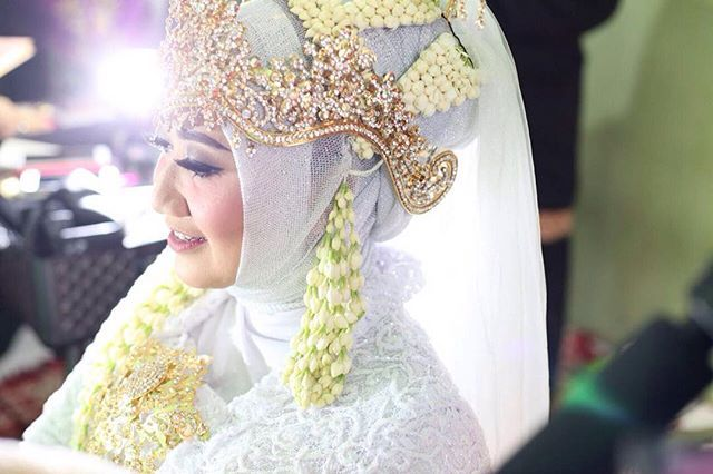"""part of love 1 . . . #wedding#weddingdress#weddingmakeup#weddingday#weddinginspiration#traditionalwedding#makeup#pengantin#pengantinsunda#pengantinmuslim#pengantinjawa#inspirasikebaya#inspirasipernikahan#fashion#blogger#mua#surabaya#likeforfollow#like4like#likeforlike#instabeauty#blogger#beauty"" by @radithaputrirahayu. #невеста #prewedding #brides #engagement #свадебноеплатье #vestidodenoiva #couture #gelinlik #gown #weddinghair #casamento #bridesmaids #marriage #noiva #stylemepretty…"