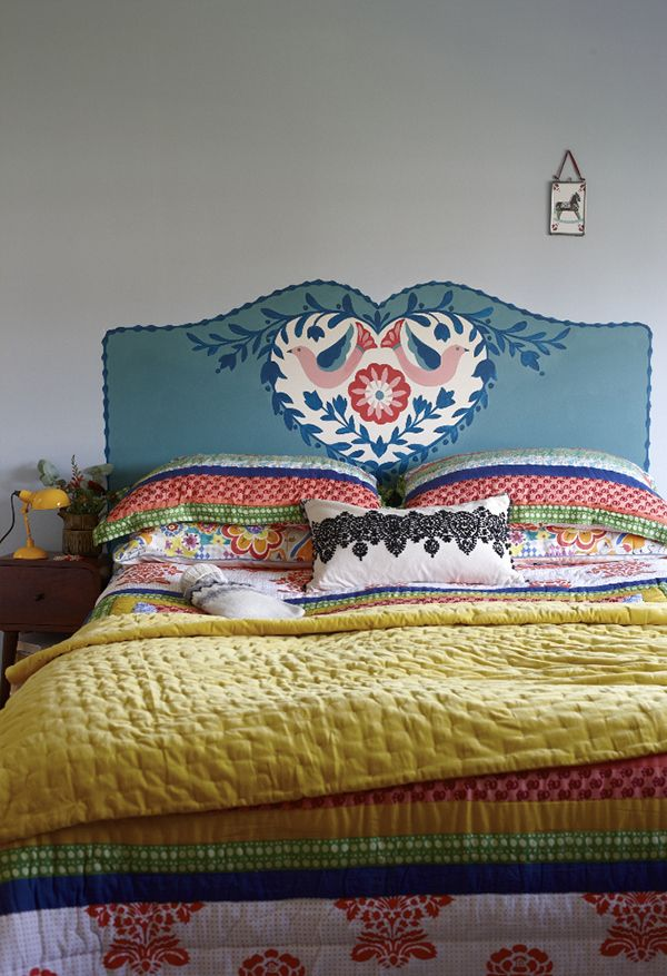 Gasp.... be still my beating heart.  Love this gorgeous folk art bed pinned by Queenie... she finds the loveliest things