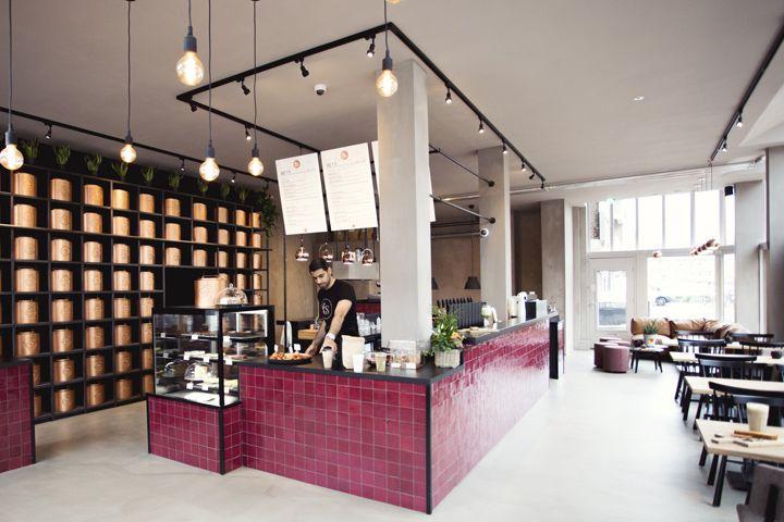 Яркая барная стойка, облицованная бордово-фиолетовой плиткой, медные светильники и простая мебель — вот что выделяет чайный бар T's на фоне подобных ему заведений.