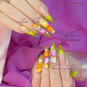 Дизайн ногтей 83: Яркий дизайн ногтей френч с тюльпанами и нарциссами