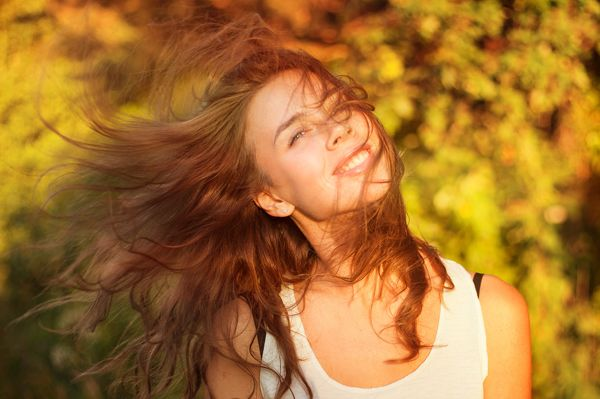 Sole, salsedine e brezza marina ricca di umidità, sono tra i nemici principali dei capelli durante la stagione estiva. Ecco cosa fare per farli rinascere.http://www.sfilate.it/231297/capelli-come-ripararli-dopo-lestate
