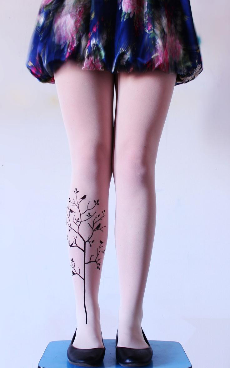Strom Jarní motiv v černé barvě na šedivých a krémových punčocháčích.