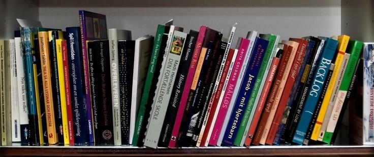 Bogkrise. Danskernes bogreoler skrumper ind, i takt med at boghandlere lukker, og dagens kronikører argumenterer for, at svaret blandt andet ligger i et ændret debatfokus.
