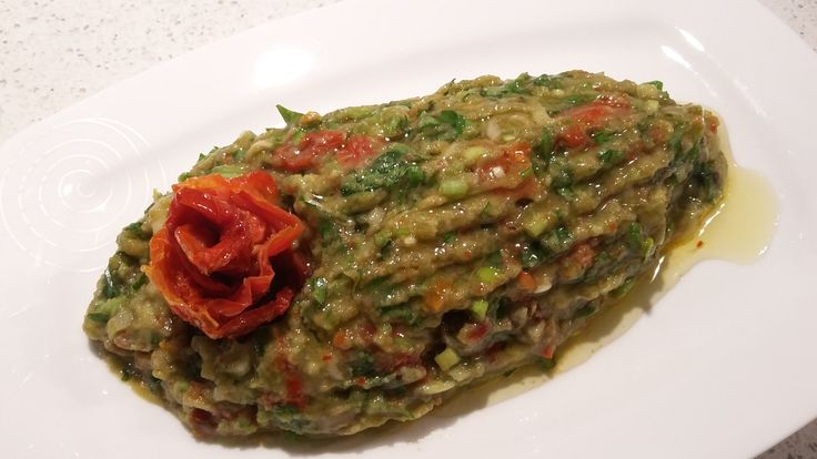 Avokado Salatası ...1 Adet avokado-4-5 adet kuru domates(ıslatılmış)- 2 tane taze sarımsak-Bir tutam maydanoz-Arzuya göre zeytinyağı ve limon suyu..