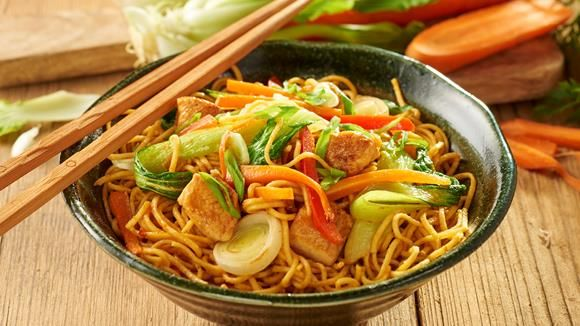 Hähnchenbrust, Pak Choi, Lauch, Paprika, Frühlingszwiebeln und Mie-Nudeln sind die Basis für ein selbstgekochtes Bami Goreng. Ein echter Gaumenschmaus für Freunde der asiatischen Küche.