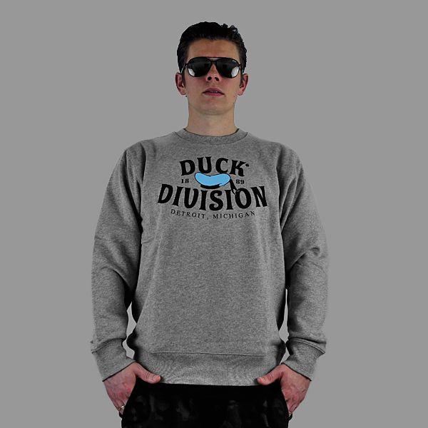 Bluza marki Carhartt ześciągaczem wokół szyi w kolrze szarego melanżu. Duża rafika z przodu, artwork: zeek&destroy,80% bawełna, 20% poliester. Zobacz …