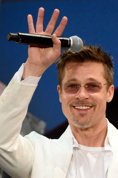"""Brad Pitt Photos Photos - US actor Brad Pitt waves to his fans during the Japan premiere of his latest movie """"War Machine"""" in Tokyo on May 23, 2017..The film will be released by online streaming on May 26. / AFP PHOTO / Toru YAMANAKA - Brad Pitt Attends the Tokyo Premiere of 'War Machine'"""