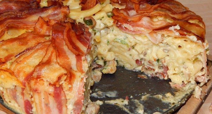 Baconos makaróni torta recept: Nálam 23 cm-es tortaformában sült ez a finomság. Mivel itt nincs trappista sajt, én camambert sajttal készítettem. Olvasva talán kicsit macerásnak tűnik, mert több lépést kell elkészíteni, de közben rájön az ember, hogy nagyon gyorsan össze lehet dobni, és csak sütni kell. A húst is simán le lehet cserélni pulyka, vagy csirke húsra.
