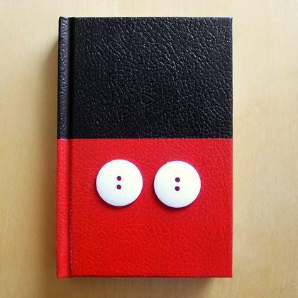 Modifica un insulso cuaderno negro y consigue un espectacular cuaderno al estilo Mickey Mouse. Puedes usarlo a modo de diario o simplemente para apuntar cosas importantes.