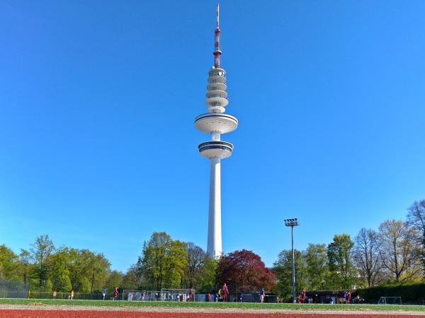 """TESLA (Inspirando al mundo) Instalaciones deportivas del club de fut bol de segunda división """"Club que lleva su Nombre"""" = FK NIKOLA TESLA = HAMBURG, ALEMANIA. Quien tiene en su paisaje esta torre de comunicaciones. Hamburg TV."""