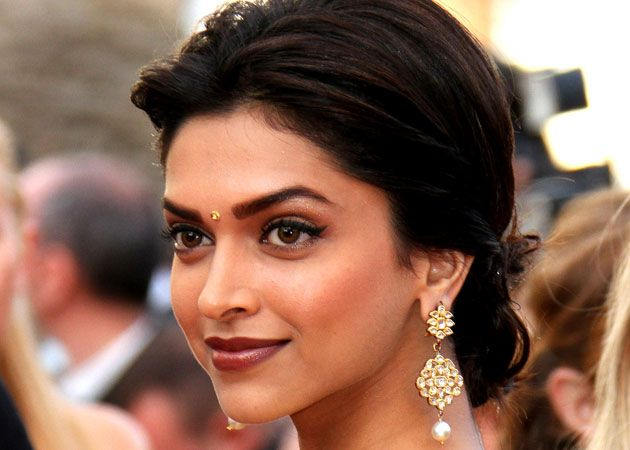 bollywood, Deepika Padukone, glamorous, perfect, makeup, Cannes, earring, lipstick, beautiful