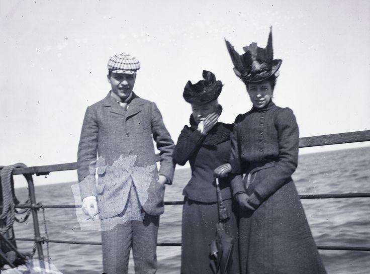 Egy másik utazás képei: Fent Korfu partjait látjuk, itt pedig annak a hajónak a fedélzetét, amelyen hőseink a Monarchia kedvelt és számukra is elfogadhatóan comme-il-faut adriai üdülőhelyéről az akkor brit fennhatóság alá tartozó görög szigetre utaztak. Az út a megállókkal legalább egy hétig tarthatott, és térben mindenképpen túl volt az arisztokrata utazások komfortzónáján; a maga keretei között az albán partok előtti hajókázás némi még bevállalható egzotikus kalandot is jelenthetett…