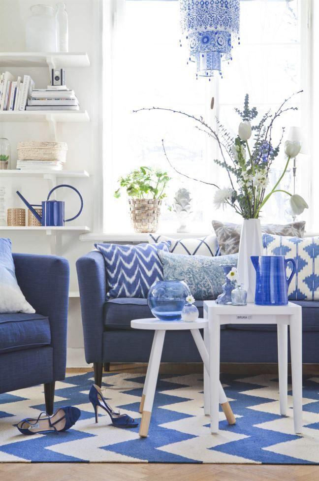 <span>En vardagsrumsdröm i blått. Fåtölj, 5 790 kronor, soffa 9 400 kronor, fyrkantigt bord, 3 590 kronor, Bruka design. Matta, 7 500 kronor, Chhatwal & Jonsson. Pall som bord, 99 kronor, Jotex. Blå glasvas, 149 kronor, Hemtex. Liten vit och blå vas, 65 kronor, Bruka design. Kuddar i soffan, från vänster: Blåvit kudde, 749 kronor, Lidby living. Vit och blå kudde, 595 kronor, Chhatwal & Jonsson. Avlång kudde, tyg Dharma från Mark Alexander, 1 590 kronor per meter, Romo. Kudd...