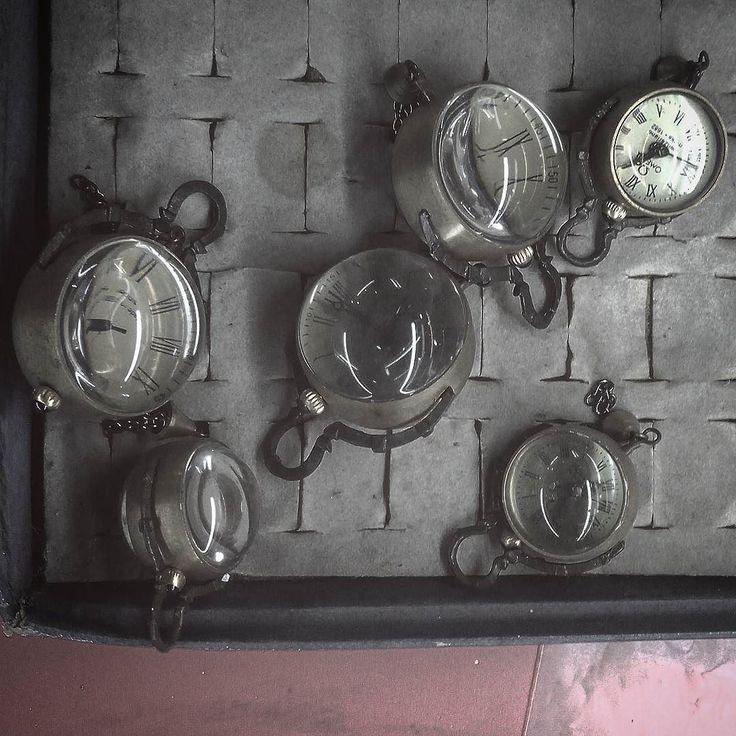 #что_там #what_is_there  60 день в пути Забавные лупоглазые часы-кулон в антикварной лавке.  #вьетнам #халонг #бухта #остров #звезда  #мото #путешествие #антиквариат #хонда #рикша #кофе #чай #путь #дорога #vietnam  #ha_long #star #rikshaw #honda #traveling #moto #trip #way #coffee #tea #bay #island #antiques