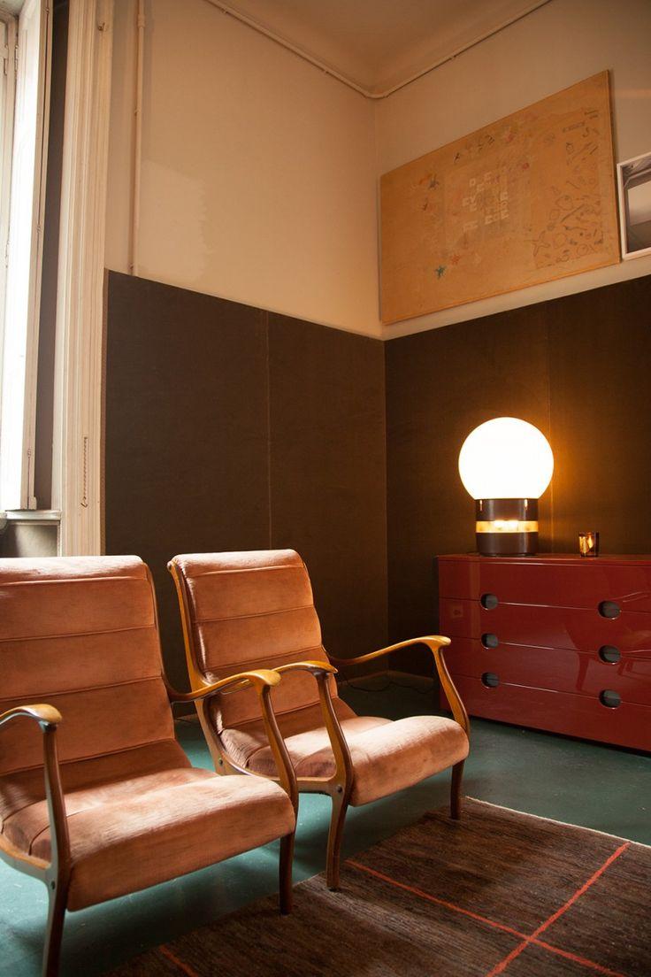 Chairs Gio Ponti, Lamp Mezzoracolo Gae Aulenti, Commode laquée Luigi Caccia Dominioni, Azucena