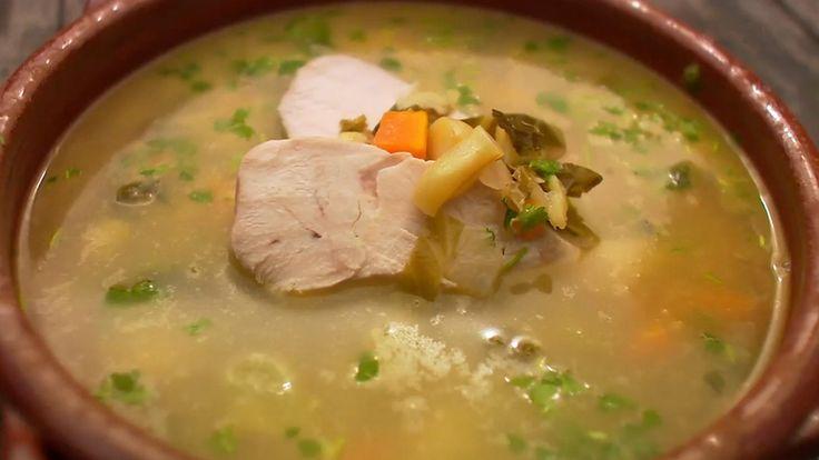 Oppskrift fra TV-serien Hygge i hagen har fått navnet «bondesuppe». God kraft fra hel kylling, og masse gode grønnsaker og bønner rett i samme gryte.