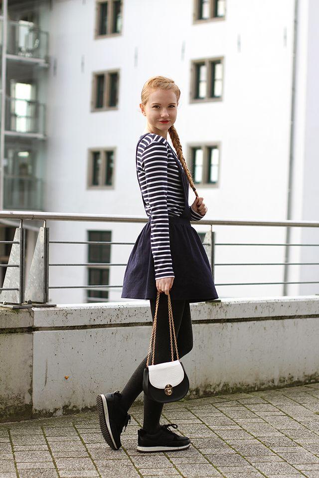 Latzkleid modern kombinieren Outfit Streetstyle französisch Schulmädchen Dunkelblau