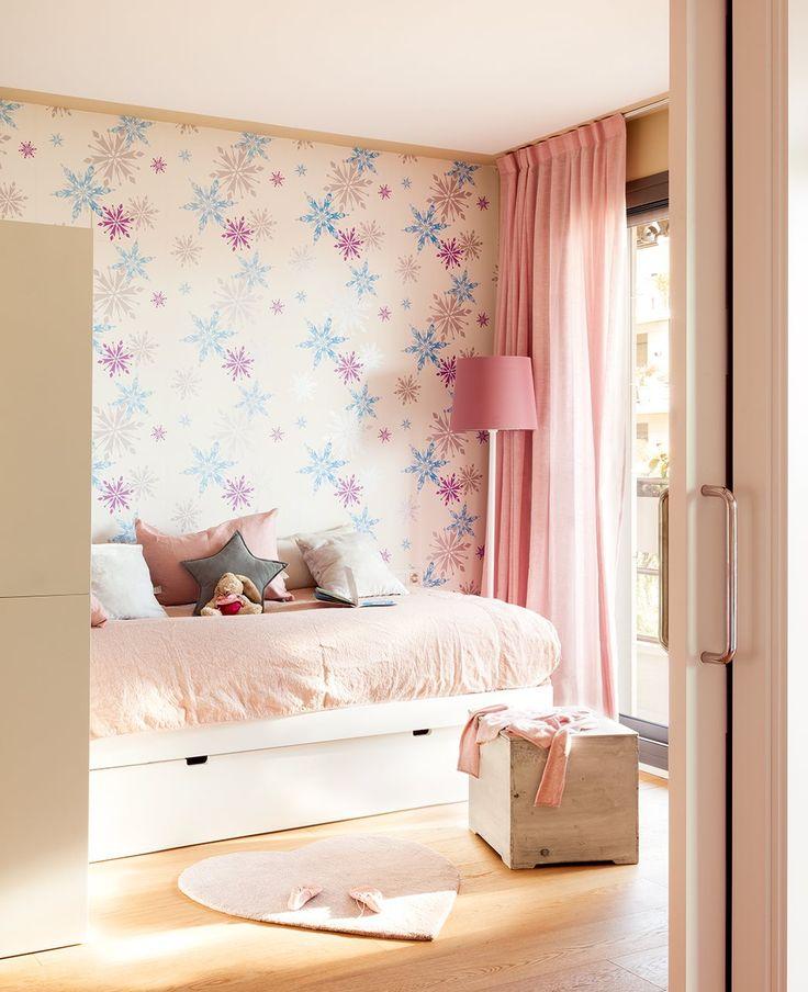 Dormitorio de niña con papel pintado de estrellas