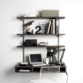 Skrivebord med opbevaring - Personlige løsninger og skæve mål kan løses med dette system, fordi det kan varieres efter behov. Ønsker man længere hylder og bordplade, kan man placere flere vægvanger og hyldeknægte.