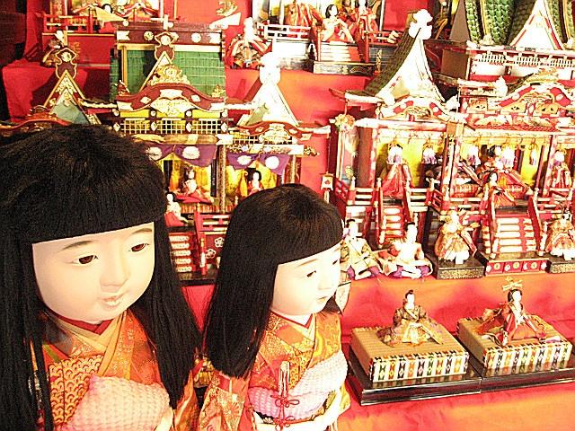 JR塩山駅北口にある「甘草屋敷」のひな飾り展。