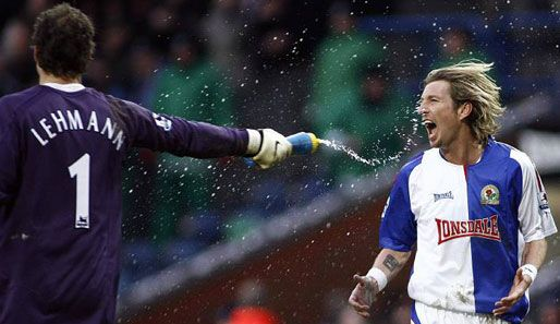 Jens Lehmann (Arsenal FC, 2003–2008, 148 apps, 0 goal) gives to Robbie Savage (Blackburn Rovers FC, 2005–2008, 76 apps, 1 goal) a cold shower.