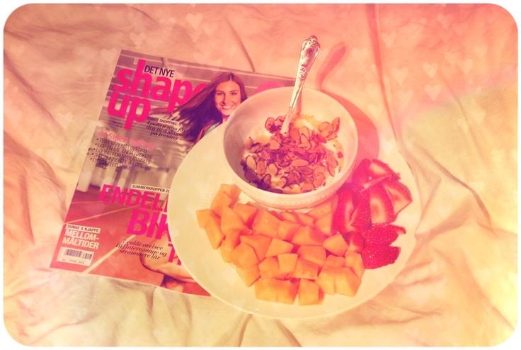 fruktfat og gresk yoghurt med ristede mandler og honning (Eirin Kristiansen)