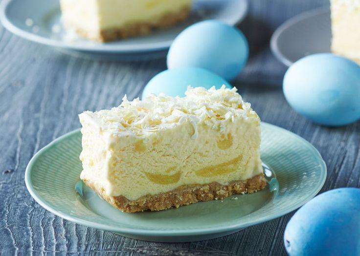 Opskrift på en dejlig frisk isdessert - Lemoncurd ice-cheesecake - på bund af marcipan, kiks og hvid chokolade. Læs opskriften på www.odense-marcipan.dk