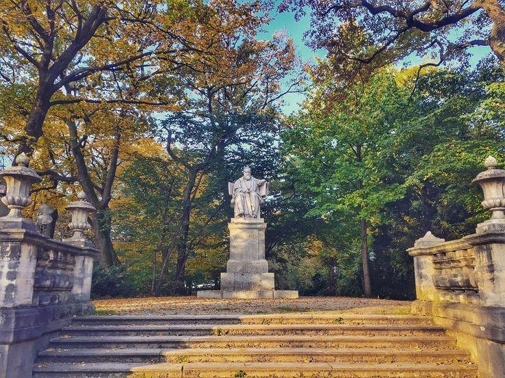 Pettenkofer-Denkmal am Maximiliansplatz.    #latergram #muenchen #instamunich #munich #münchen #bavaria #bayern