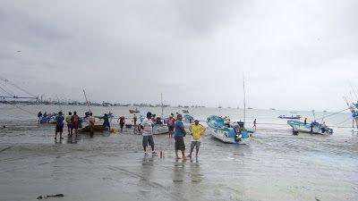 Малые рыбацкие лодки для ремонта.