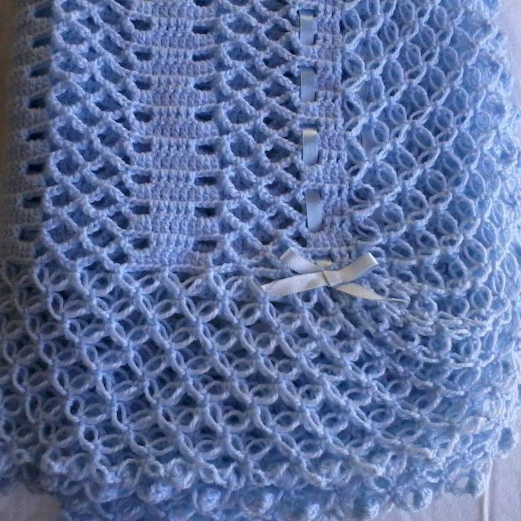 Manta para bebê crochê com babado e detalhes em fitas de cetim, confeccionada com lã especial super macia.  Tamanho: 95 x 95 cm  Podendo ser confeccionada em outras cores.