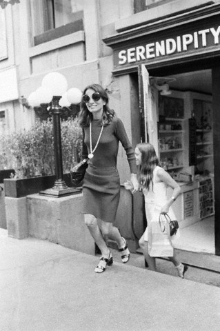 Lee Radziwill leaving Serendipity with her daughter Tina. New York City, 1973
