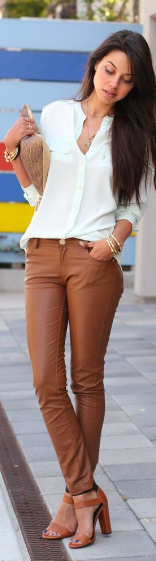 É uma cor de fácil composição e bem alegre. Substitui perfeitamente o marrom, combina com laranja, branco, amarelo, preto, areia, verde, bege, vermelho. Agora, se vocês aderiram às franjas e ainda às texturas naturais podem ficar felizes porque ela se harmoniza perfeitamente, assim como com as sandálias de couro. Vamos aos looks?