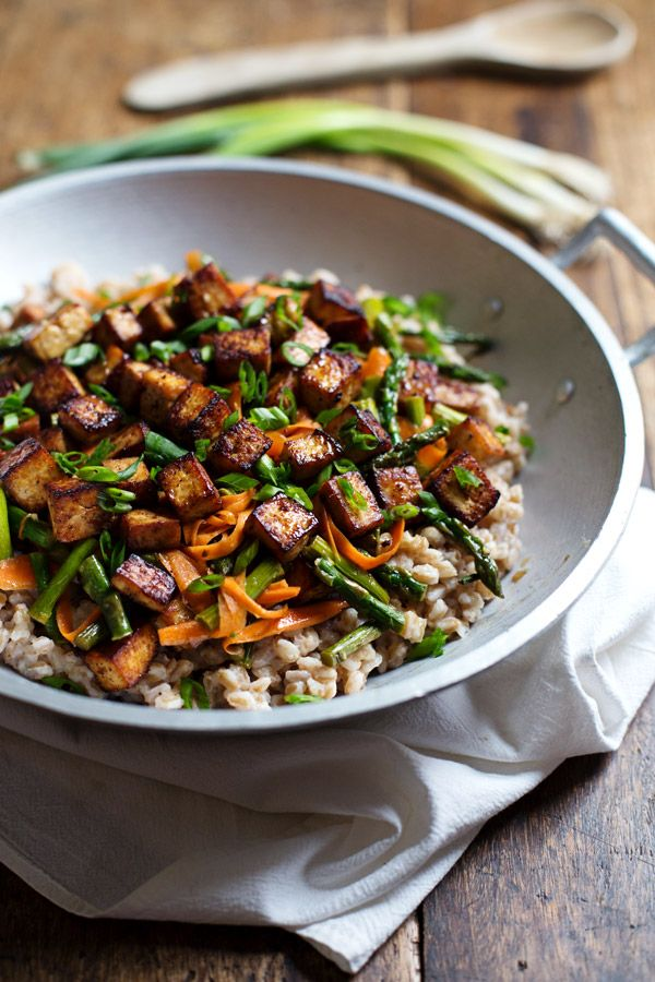 This Honey Ginger Tofu and Veggie Stir Fry is SO delicious! Served with a simple homemade honey ginger soy stir fry sauce. 400 calories.